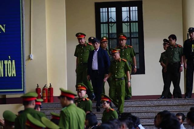 Cựu tướng Nguyễn Thanh Hóa (áo khoác xanh tím than)