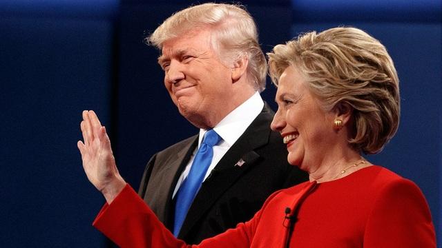 Tổng thống Donald Trump và bà Hillary Clinton trong cuộc tranh luận khi chạy đua vào Nhà Trắng năm 2016. (Ảnh: Reuters)