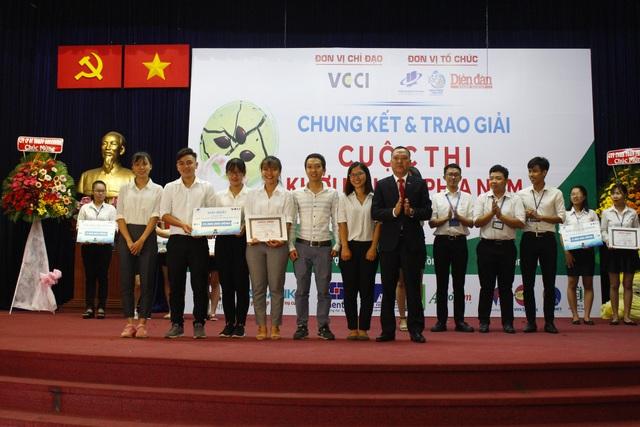 Giải Nhất được trao cho nhóm sinh viên trường ĐH Mở TPHCM với Dự án làm giảm phát khí thải khí nhà kính thông qua hoạt động của những vi sinh vật