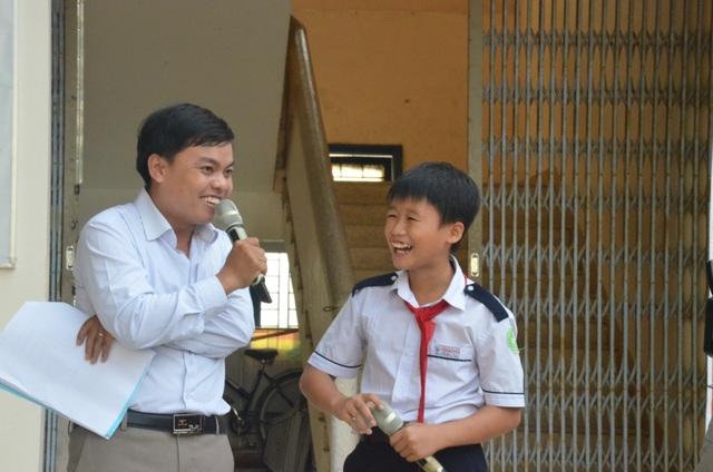 Học sinh thích thú tham gia mô hình Em yêu lịch sử Việt Nam
