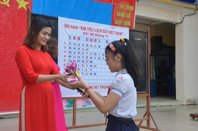 Học sinh trả lời đúng sẽ được tuyên dương và nhận một phần quà.