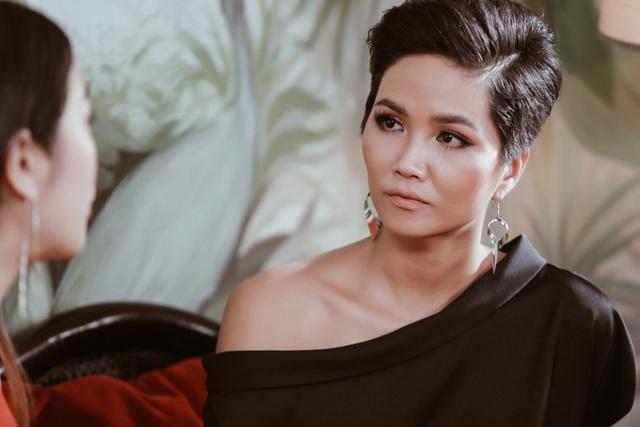 Hoa hậu Hhen Niê rất chăm chú với những chia sẻ chân tình từ Á hậu Thúy Vân