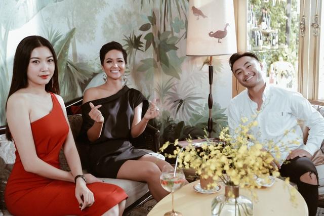 Hoa hậu Hhen Niê rất vui vì Á hậu Thúy Vân đã có những chia sẻ rất thú vị cho cô trước cuộc thi