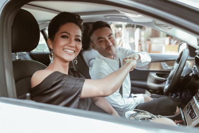Trước đó, trên chuyến xe đi đến gặp gỡ Thúy Vân cùng VJ Dustin Nguyễn, H'hen Niê thổ lộ những câu chuyện giấu trong lòng bấy lâu, đúng với con người và phong cách mà khán giả yêu quý ở cô.