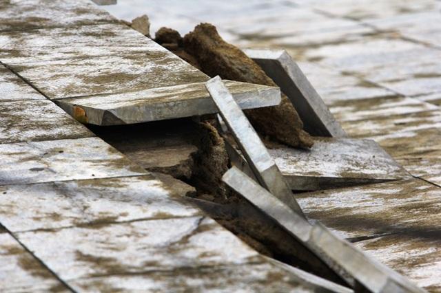 Nhiều vị trí đá lát trên mặt kè bị bong tróc ngổn ngang.