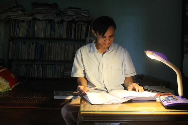 Sau những buổi dạy học, ông Dũng lại tiếp tục mày mò, sách vở để tìm kiếm thêm kiến thức