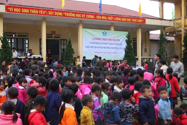 Ngay từ sáng sớm, hàng trăm học sinh đã tập trung ở sân trường để được khám bệnh.