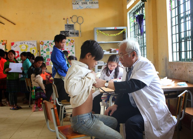 GS Hải khám cho bệnh nhân mắc chứng run tay, không thể cầm bút vững và đề nghị đi khám chuyên sâu về tim mạch, BV Nhi Trung ương sẽ hỗ trợ khám bệnh.