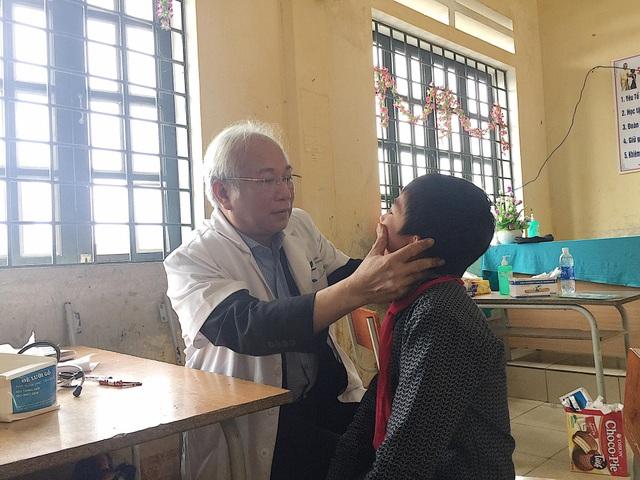 GS.TS Lê Thanh Hải khám bệnh cho học sinh trường THCS xã La Pan Tẩn.