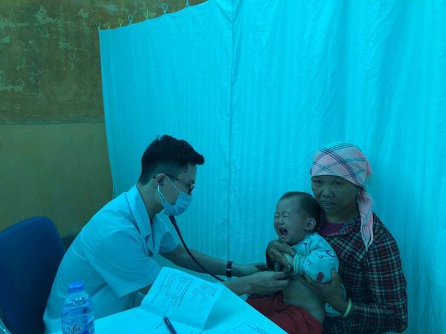 Bác sĩ Bệnh viện Nhi Trung ương về khám cho người dân tại huyện Mường Khương, Lào Cai. Ảnh: H.Hải