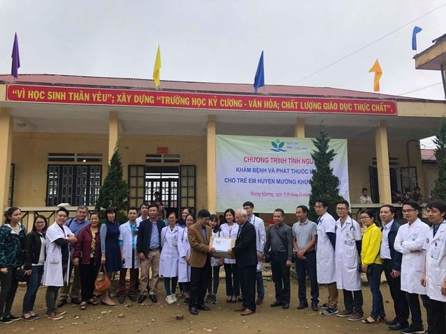 GS.TS Lê Thanh Hải trao quà của BV đến trường THCS La Pan Tẩn.