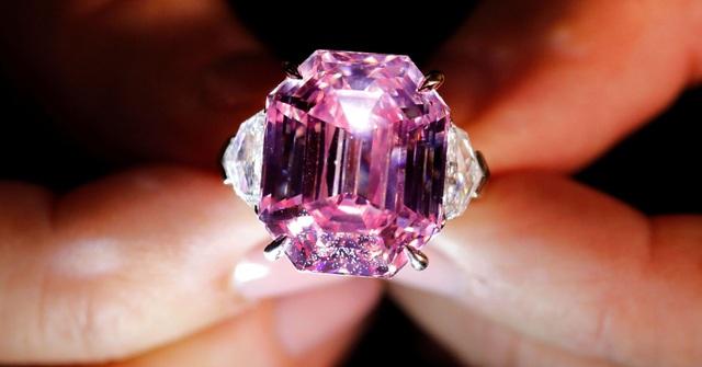 Viên kim cương hồng 18,96 carat có giá ước chừng gần 1,2 nghìn tỷ đồng. (Nguồn: Denis Balibouse | Reuters)