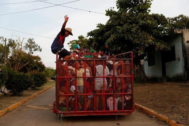 Người di cư sử dụng mọi phương tiện để di chuyển. (Ảnh: Reuters)