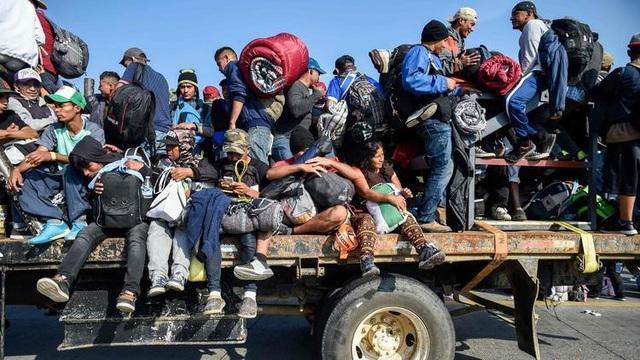 Những người di cư nhồi nhét trên xe tải khi rời khỏi Mexico để tới biên giới Mỹ. (Ảnh: AP)