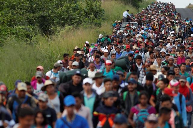 Hàng nghìn người đang ồ ạt kéo về biên giới Mỹ. (Ảnh: Reuters)