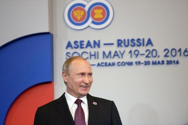 Tổng thống Putin chào đón nguyên thủ các nước về dự hội nghị thượng đỉnh Nga - ASEAN tại Sochi, Nga năm 2016. (Ảnh: AFP)
