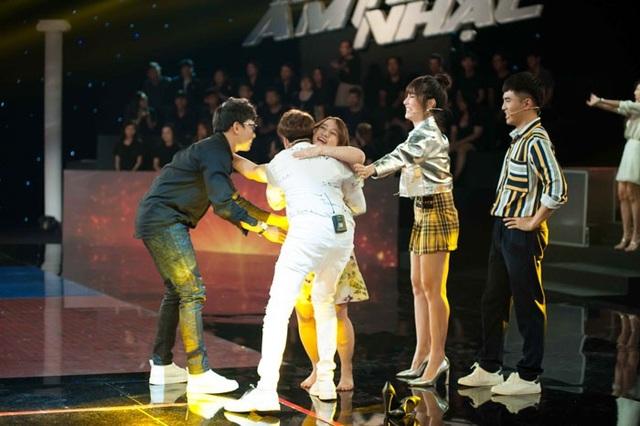 ST ôm hôn Ngọc Linh sau phần trình diễn.
