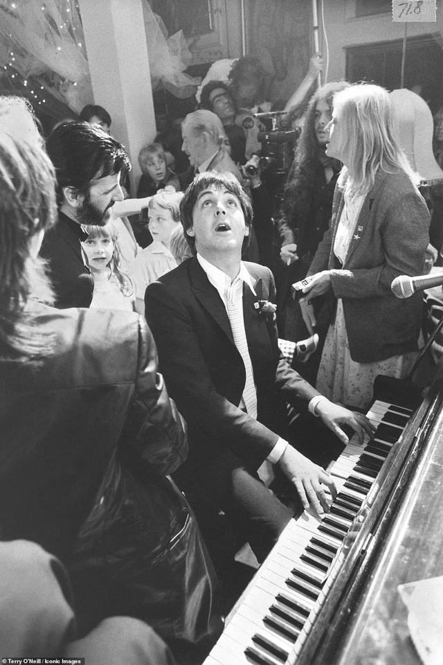 Bức ảnh chụp danh ca Paul McCartney tại lễ cưới của thành viên trong nhóm The Beatles - Ringo Starr hồi năm 1981.