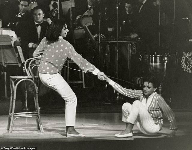 Nữ diễn viên Judy Garland và con gái Liza Minnelli trên sân khấu nhà hát London Palladium (Anh) hồi năm 1964.