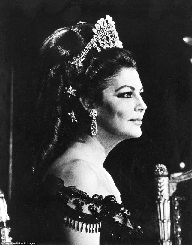 Nữ diễn viên Ava Gardner hồi năm 1968. Ava rất quý mến nhiếp ảnh gia Terry, bà đã từng giúp nhiếp ảnh gia gặp được người chồng cũ của mình - nam ca sĩ Frank Sinatra bằng cách đích thân viết một lá thư giới thiệu giúp ông.