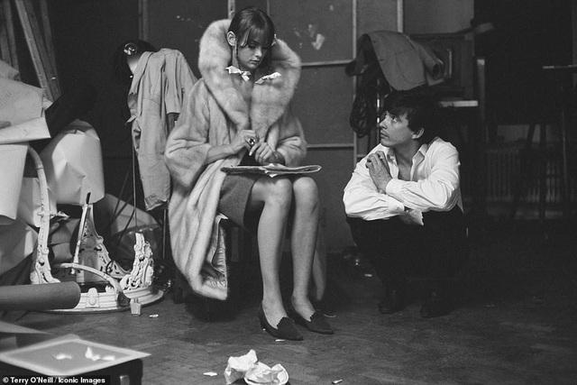 Bức ảnh chụp nơi hậu trường ghi lại khoảnh khắc thú vị giữa nhiếp ảnh gia David Bailey và người mẫu Jean Shrimpton hồi năm 1963.