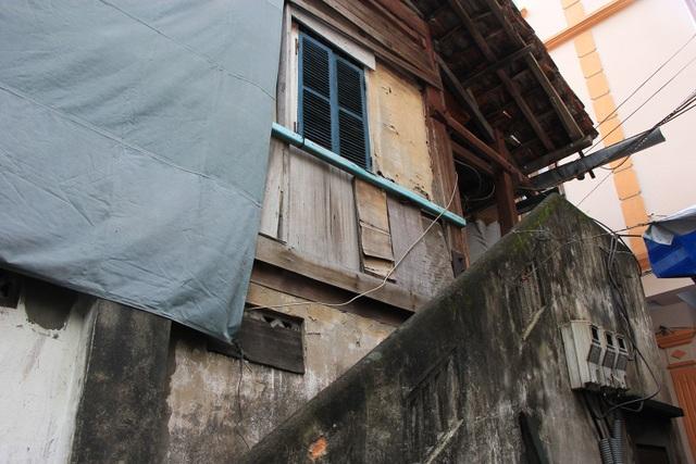 Hiện nay, Nhà khách Tỉnh ủy Lai Châu đang bị xuống cấp một cách trầm trọng, người dân phải dùng cả một tấm bạt lớn để che đi phần bị hư hại do khu nhà khách đã bị để hoang lâu năm.