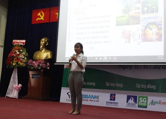 Sinh viên Lê Huỳnh Nhật Giao trình bày dự án của nhóm