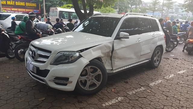 Chiếc ô tô Mercedes bị tông biến dạng sau vụ va chạm (Ảnh: Hoàng Phúc)