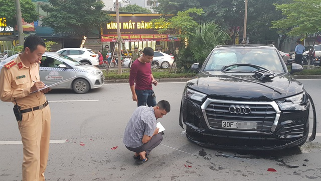 Chiếc xe ô tô Audi Q5 sau khi tông trúng 1 xe máy rồi lao sang làn đường đối diện (Ảnh: Hoàng Phúc).