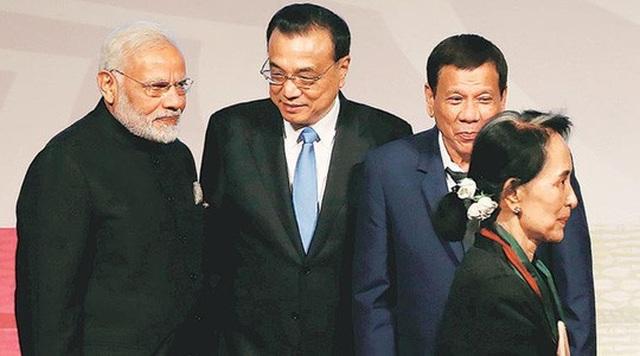 Thủ tướng Trung Quốc Lý Khắc Cường (giữa) dự Thượng đỉnh Đông Á năm 2017. Ảnh: Reuters