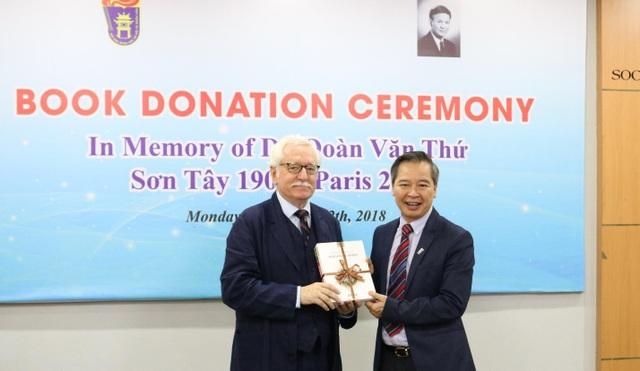 GS David Camroux trao tặng sách tới GS.TS Phạm Quang Minh, Hiệu trưởng trường ĐH KHXH&NV – ĐH QGHN