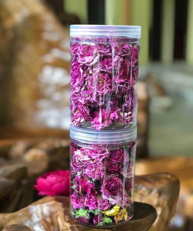 Sản phẩm trà hoa hồng nguyên bông của chị làm ra không kịp bán