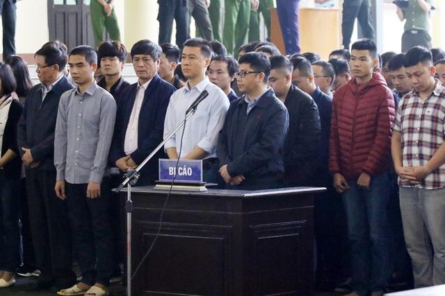Bị cáo Phan Sào Nam (áo sơ mi trắng) và các bị cáo tại tòa.