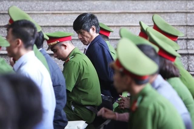 Bị cáo Nguyễn Thanh Hóa ngồi tại hàng ghế đầu ở khu vực dành cho các bị cáo.
