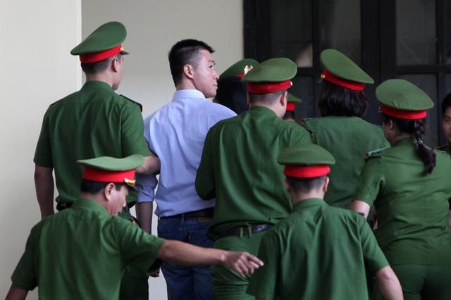 Bị cáo Phan Sào Nam ngoái nhìn về phía khu vực dành cho người thân bị cáo khi phiên tòa tạm nghỉ trưa 12/11.