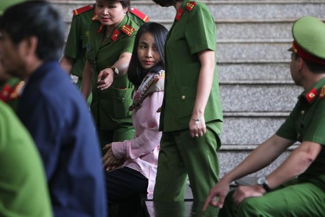 Nữ bị cáo Lưu Thị Hồng ngoái nhìn về phía khu vực người thân dự tòa.