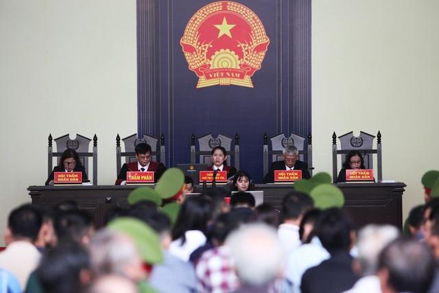 Đúng 8h, phiên tòa bắt đầu. Chủ tọa phiên tòa là Thẩm phán Nguyễn Thị Thùy Hương.