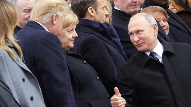Tổng thống Putin bắt tay và giơ ngón cái để chào Tổng thống Trump. (Ảnh: Euronew)