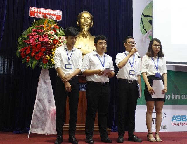 Sinh viên Phan Quốc Bình và nhóm sinh viên trường ĐH Thủ Dầu Một trả lời câu hỏi của Ban giám khảo