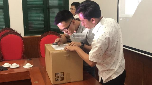 Đại diện công ty cổ phần sữa Việt Nam (Vinamilk) kiểm tra thùng niêm phong