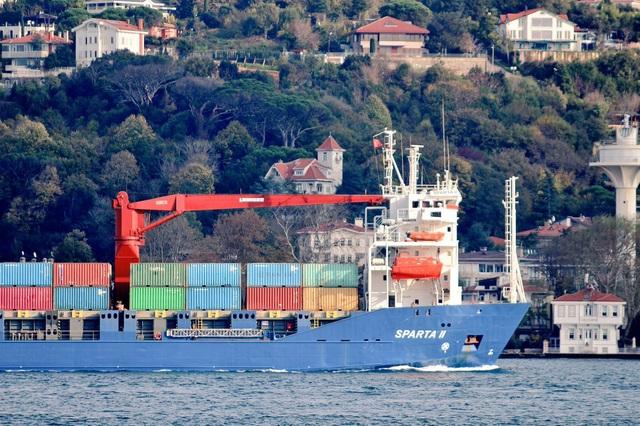 Tàu Nga chở khí tài quân sự hướng tới Syria (Ảnh: Bosphorus Observer)