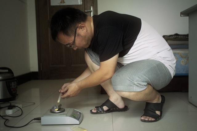 Ông Zhang Zhejun điều chế thuốc trị ung thư (Ảnh: New York Times)