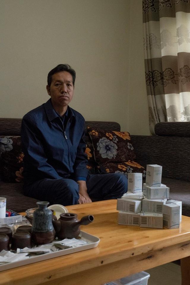 Ông Hong Ruping và những lọ thuốc nhập từ nguồn không chính thống (Ảnh: New York Times)