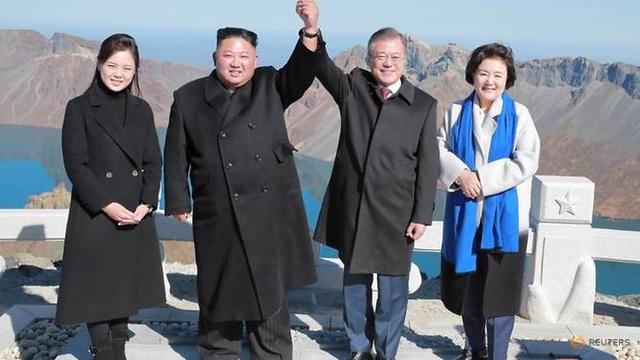Tổng thống Hàn Quốc Moon Jae-in và nhà lãnh đạo Triều Tiên Kim Jong-un cùng hai phu nhân leo núi sau hội nghị thượng đỉnh liên triều lần 3 ở Bình Nhưỡng. (Ảnh: Reuters)
