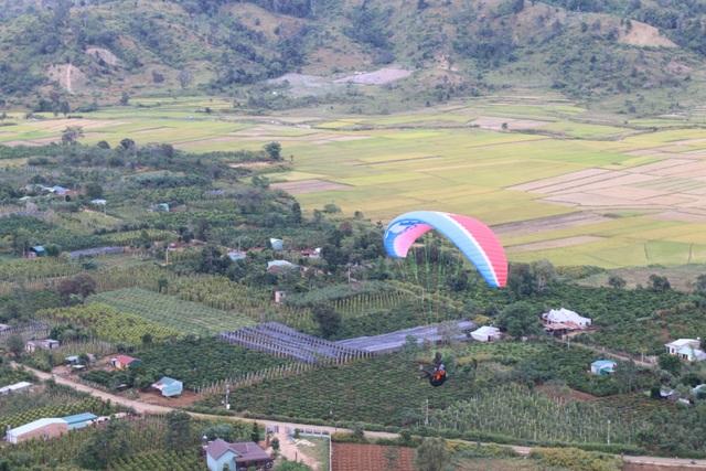 Các phi công chao lượn nên ngọn núi lửa Chư Đăng Ya