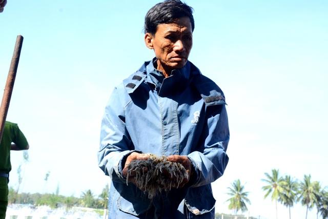 Ông Đỗ Minh Thêm buồn bã khi tôm của ba hồ nhà ông bị chết sạch