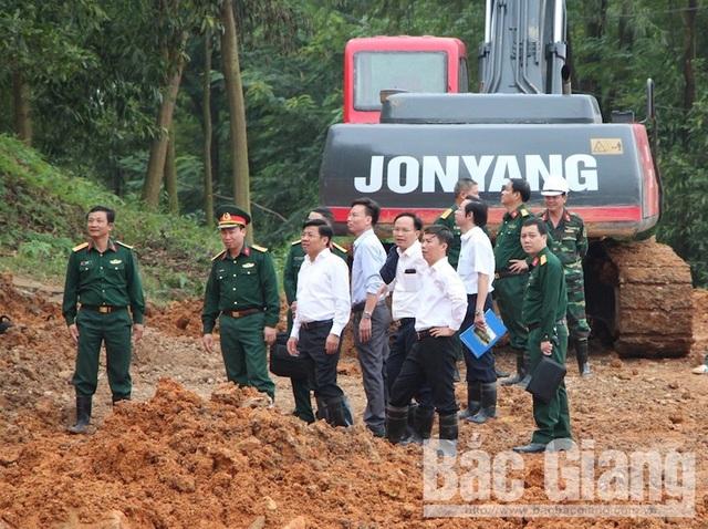 Phó chủ tịch UBND tỉnh Bắc Giang trực tiếp chỉ đạo khắc phục sự cố sạt núi. (Ảnh: Báo Bắc Giang).