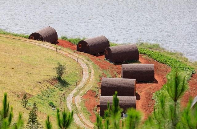 Trước đó, các căn nhà gỗ được dựng lên sát mép hồ vi phạm vùng bảo vệ I của Di tích thắng cảnh cấp Quốc gia hồ Tuyền Lâm