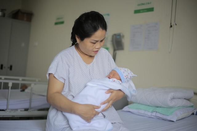 Cháu bé chào đời trong niềm hạnh phúc vô bờ bến của người mẹ sau muôn vàn khó khăn.