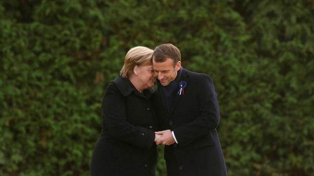 Tổng thống Pháp Macron nắm tay Thủ tướng Đưc Merkel tại Compiegne, Pháp ngày 10/11 (Ảnh: Reuters)